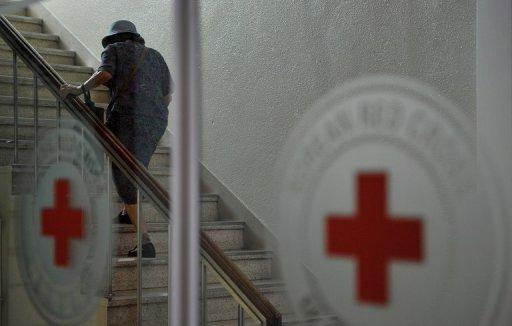 Une femme âgée se dirige vers le bureau de la Croix-Rouge à Séoul pour demander une place dans le programme des réunions de famille, le 27 Août 2013.
