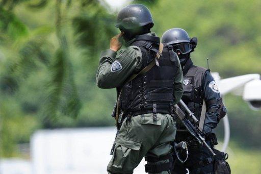 La police montent la garde à l'aéroport de Caracas.