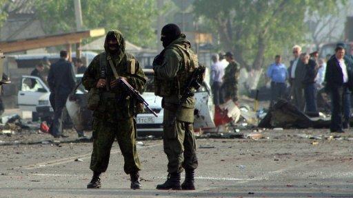 image du fichier montre officiers des forces spéciales qui gardaient le site de deux explosions dans le capital Makhachkala début du Daghestan, le 4 mai 2012.