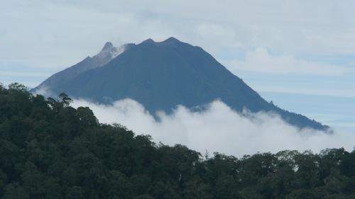 Le volcan Sumatra en éruption