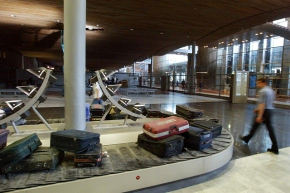 bébé est mort dans un aéroport espagnol le jeudi après avoir été placé sur un tapis roulant à bagages.