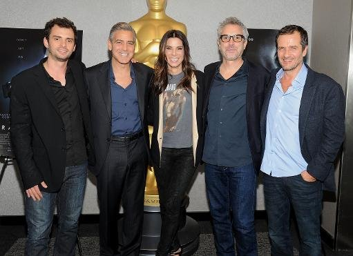 "(De gauche à droite) Le scénariste Jonas Cuaron, George Clooney, Sandra Bullock, Alfonso Cuaron et David Heyman assistent à une projection officielle de ""Gravity"" pour les membres de l'Académie organisées par l'Académie of Motion Pictures Arts and Sciences le 2 Octobre 2013 à New York"