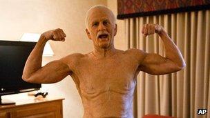 Johnny Knoxville dans le rôle de grand-père Irving Zisman à Bad Grandpa