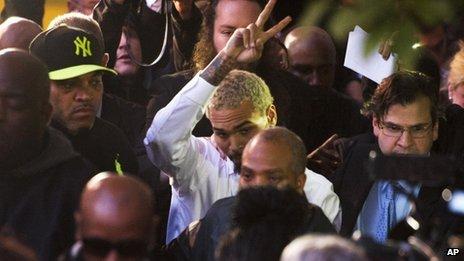 Chris Brown sort du tribunal à Washington le 28 Octobre