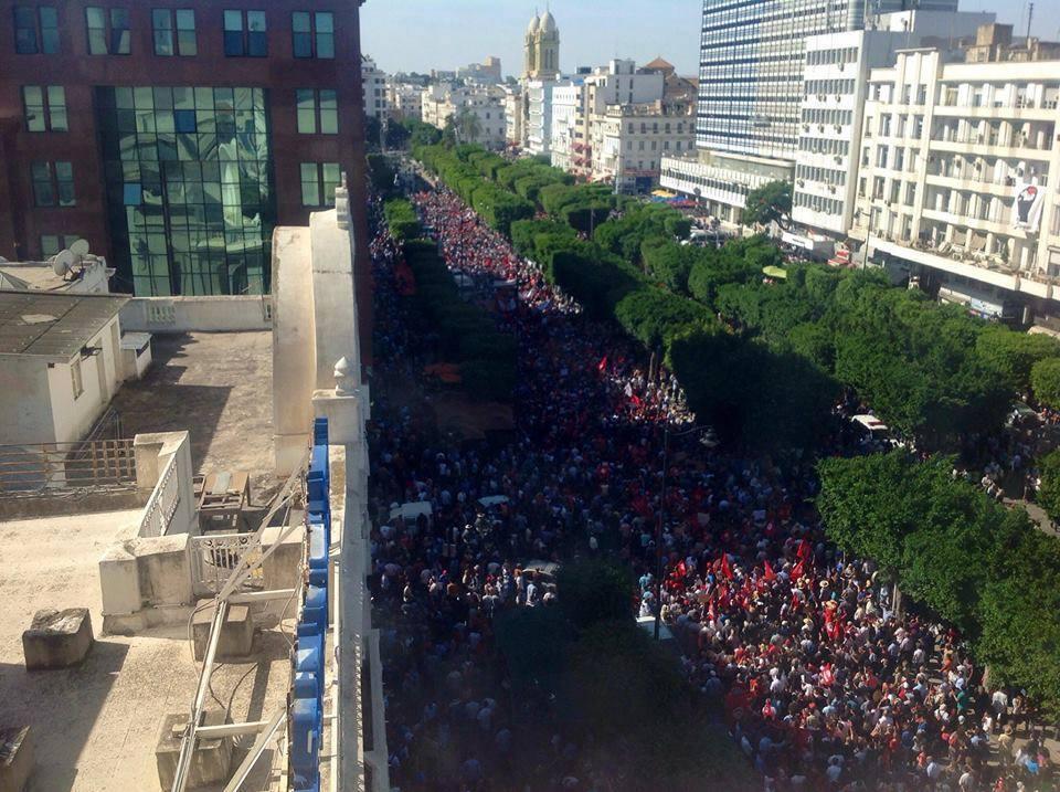 Des milliers de Tunisiens continuent à    affluer sur l'avenue Habib Bourguiba