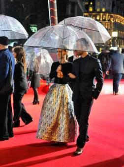 Natalie Portman a bravé la pluie sur le tapis rouge