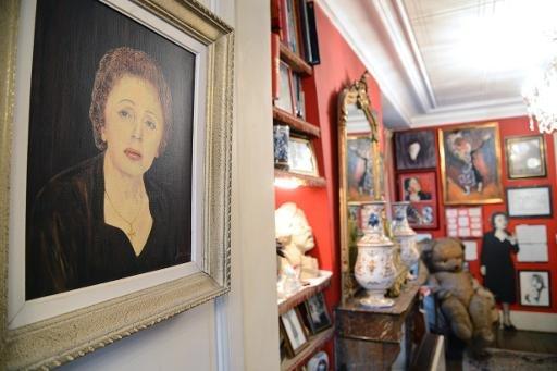 Un tableau représentant la fin de la chanteuse française Edith Piaf est considéré affiché dans son appartement maintenant transformée en musée à Paris, le 9 Octobre, 2013