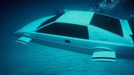 Roger Moore a conduit le véhicule dans le film de 1977