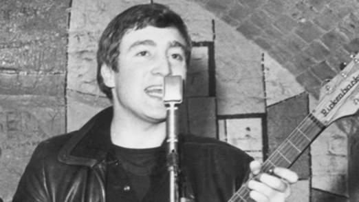 John Lennon sur la scène du Cavern en 1961