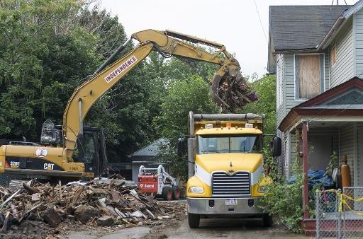 Équipages Demoliton nettoyer les restes de kidnappeur et la maison de violeur Ariel Castro après qu'il a été démolie le 7 Août 2013, à Cleveland, Ohio