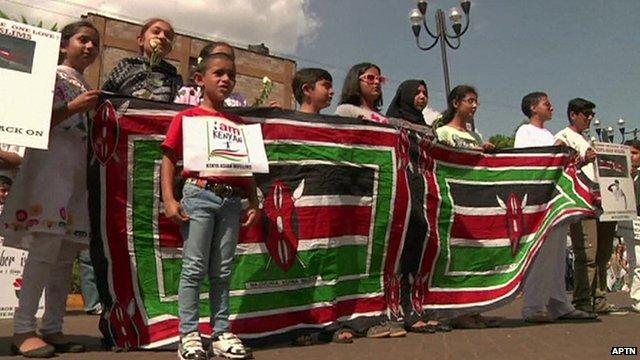 Communauté musulmane asiatique de Nairobi se donner la main pour une chaîne humaine autour du centre commercial Westgate.