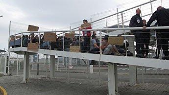 Des réfugiés syriens bloquent une rampe d'accès à l'English Channel ferries.