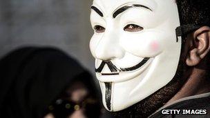 Le mouvement Anonymous organise souvent des protestations dans la vie non-numérique.
