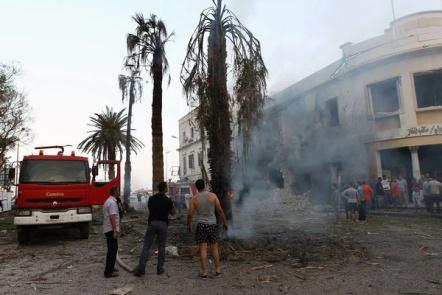 Les Libyens se rassemblent devant un bâtiment du ministère des Affaires étrangères à Benghazi qui a été touché par une puissante explosion, le 11 septembre 2013.