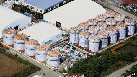 Le réservoir (cinquième en partant de la gauche, la grappe à gauche) a débordé 430 litres d'eau radioactive.