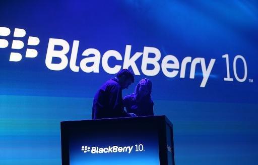 Les travailleurs préparent le podium avant le début du BlackBerry 10 cas de lancement le 30 Janvier 2013, à New York City.