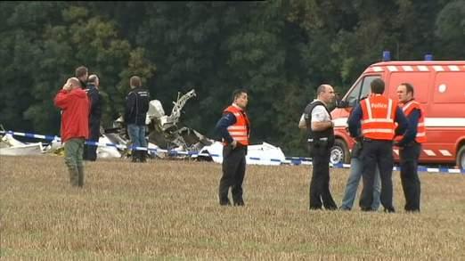 Les travailleurs des services d'urgence examinent la scène où l'avion s'est crashé