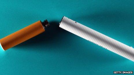E-cigarette fonctionne avec une batterie rechargeable. Elle mélange ensuite la nicotine avec d'autres substances chimiques dans une vapeur inhalable