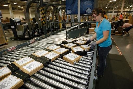 Un employé Amazon emballe le Kindle DX pour l'expédition à l'entrepôt le 10 Juin 2009 à Campbellsville, Kentucky.