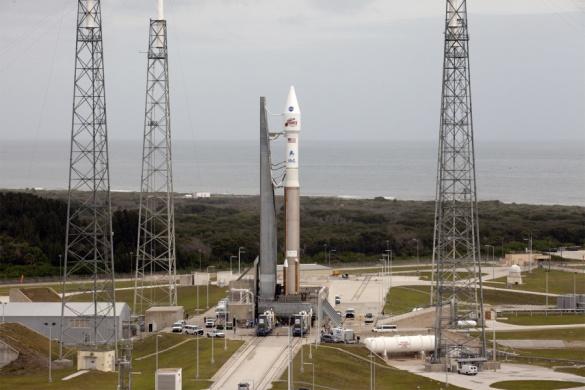 Le lanceur Atlas V sur son pas de tir de Cap Canaveral