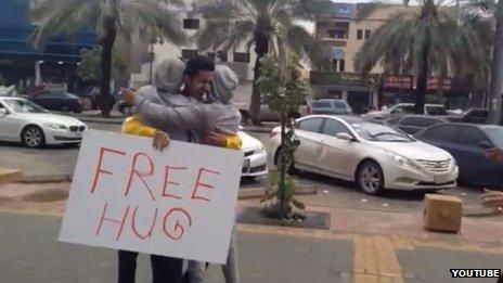 La vidéo de Bandr al-Swed de Free Hug éffectuée à Riyad