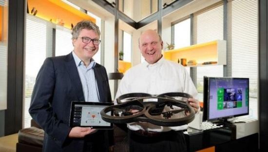 Henri Seydoux présente son drone à hélice à Steve Ballmer de passage à Paris, piloté avec une tablette Windows 8