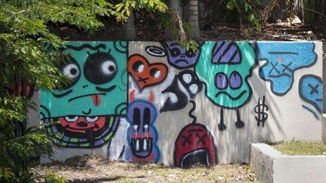 Le graffiti est sur un mur extérieur d'un hôtel Queensland