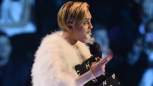 Miley courtise à nouveau la controverse,