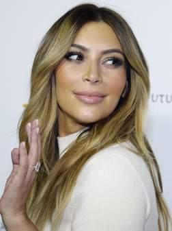 Kardashian exhibe sa bague de fiançailles