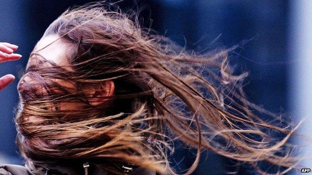 La tempête a affecté les gens à travers l'Europe du Nord, y compris Rotterdam où ceux qui s'aventuraient dehors ont reçu un grand coup de vent