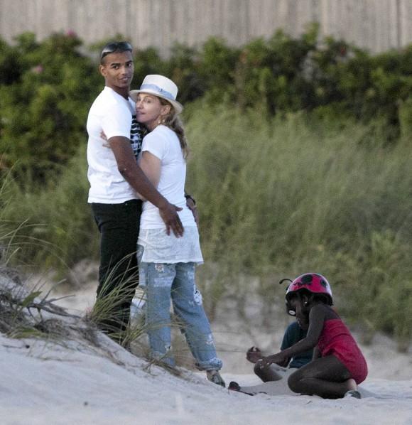 20110815-pictures-madonna-brahim-zaibat-beach-hamptons-02