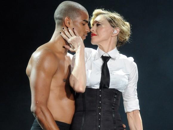 Madonna-et-Brahim-Zaibat-lors-d-un-concert-du-MDNA-Tour-a-Tel-Aviv-en-Israel-le-31-mai-2012_exact810x609_l