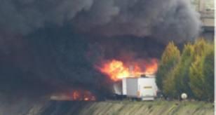 un camion transportant des bouteilles de gaz a pris feu