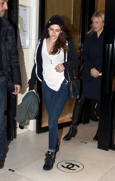 Kristen+Stewart+stops+Chanel+aD-1aUBLSypl