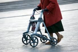 Rester assis trop longtemps accroîtrait le risque de handicap chez les personnes âgées