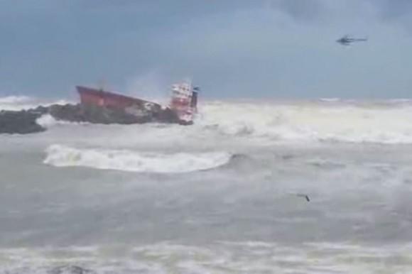 Le cargo espagnol se brise en deux déversant du gasoil en mer