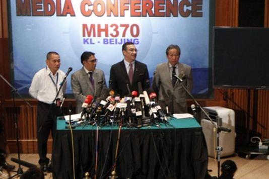 Conférence de presse du directeur de la Malaysia Airlines, Ahmad Jauhari Yahya (à gauche) et du ministre des transports malaisien Hishammuddin Hussein (deuxième à partir de la droite), à l'aéroport de Kuala Lumpur, mardi 18 mars.   REUTERS/EDGAR SU