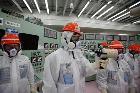 Des employés de Tepco mesurent la radioactivité dans la salle de contrôle des unités 1 et 2 de la centrale atomique Fukushima Daiichi, le 10 mars 2014.
