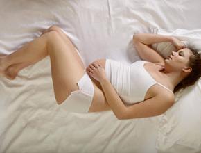 Du mal à dormir avec les coups du bébé