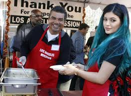 Kylie a distribué des repas aux sans abri