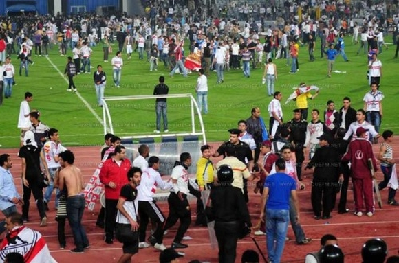 Des milliers de supporters égyptiens envahissent le terrain