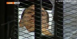 Hosni Moubarak sur un lit d'hôpital dans le box des accusés