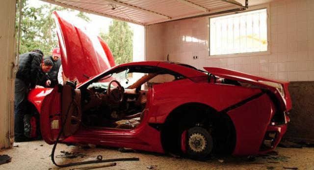 voiture ferrari saccagée en Tunisie